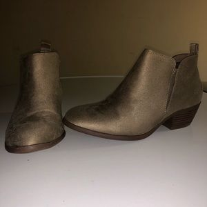 American eagle Suede tan closed toe booties